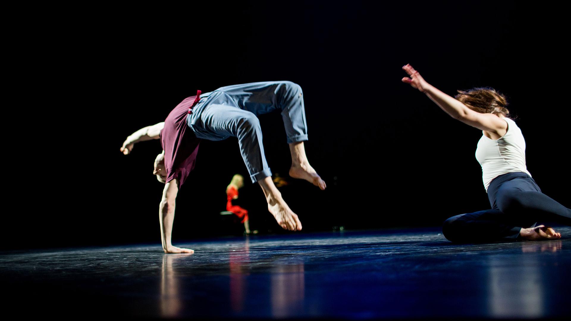 2 dansende mensen op podium