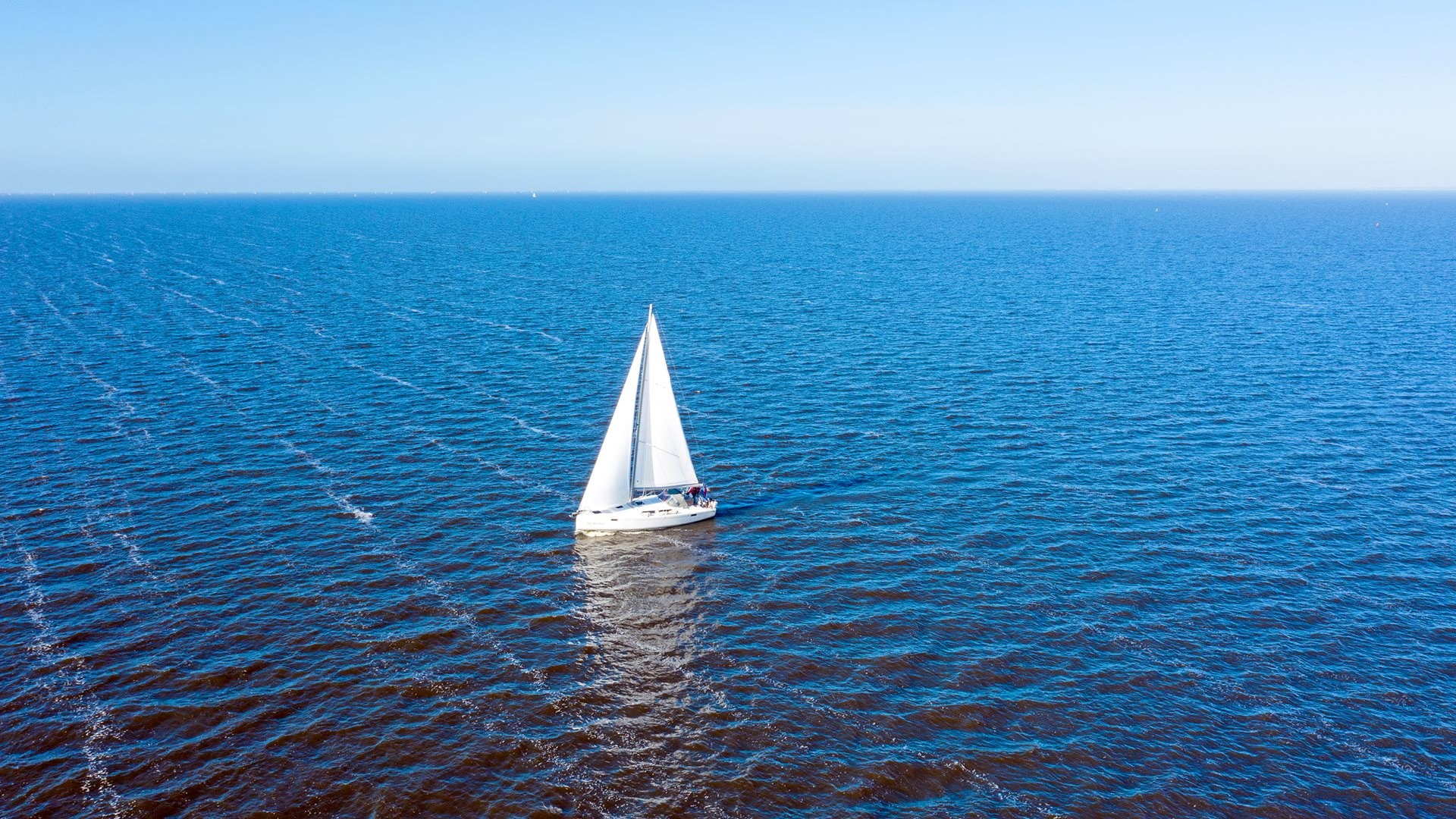 Een zeilboot op het IJsselmeer