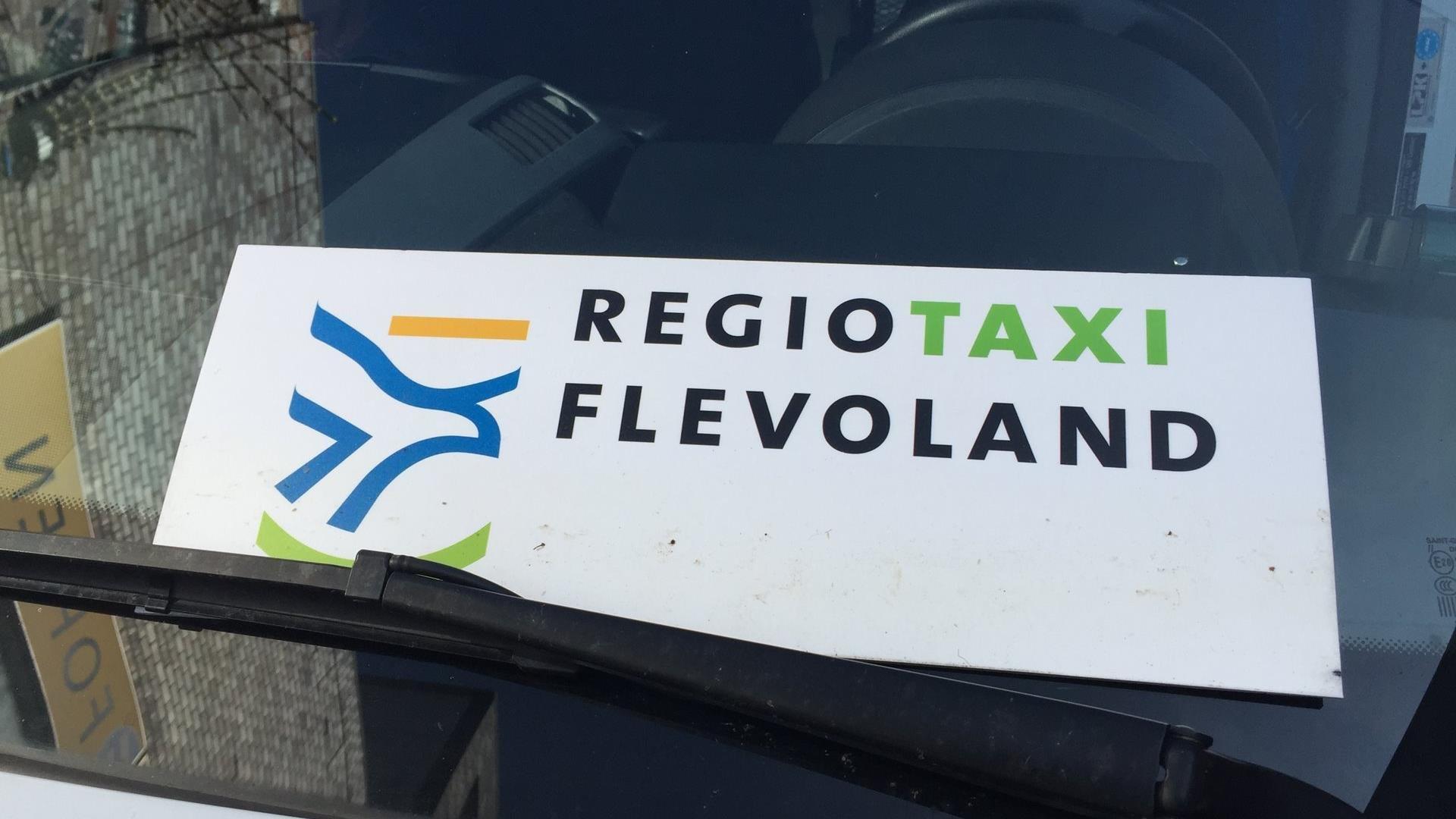 Bordje met Regiotaxi Flevoland erop